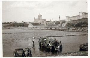 De forten Hermannsburg (links) en Ivangorod (rechts) bij Narva.
