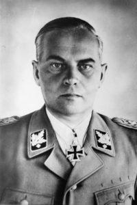 SS-Gruppenführer und Generalleutnant der Waffen-SS Felix Steiner Kommandeur einer SS-Panzer-Grenadier-Division, erhielt für seinen tapferen Einsatz vom Führer das Eichenlaub [22.12.42] zum Ritterkreuz des Eisernen Kreuzes verliehen. SS-PK Aufnahme 7013 E.M. Orbis